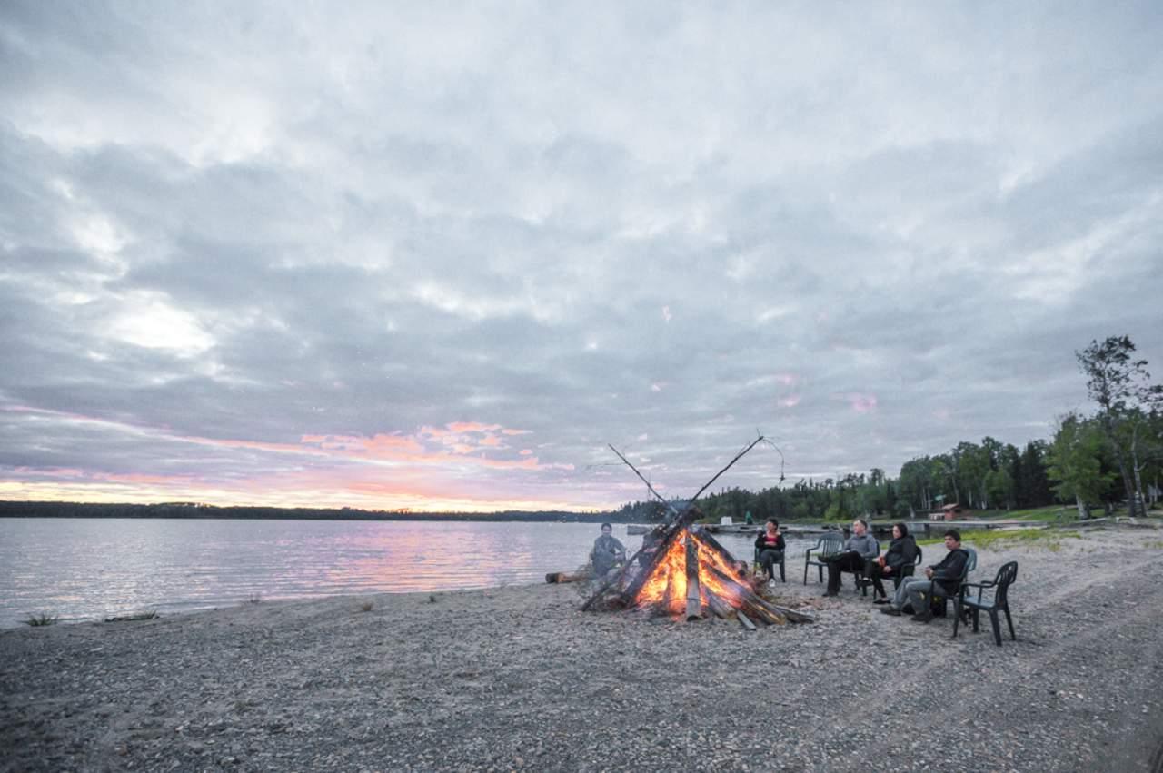 Sonnenuntergang und Lagerfeuer im Wilderness North, Ontario