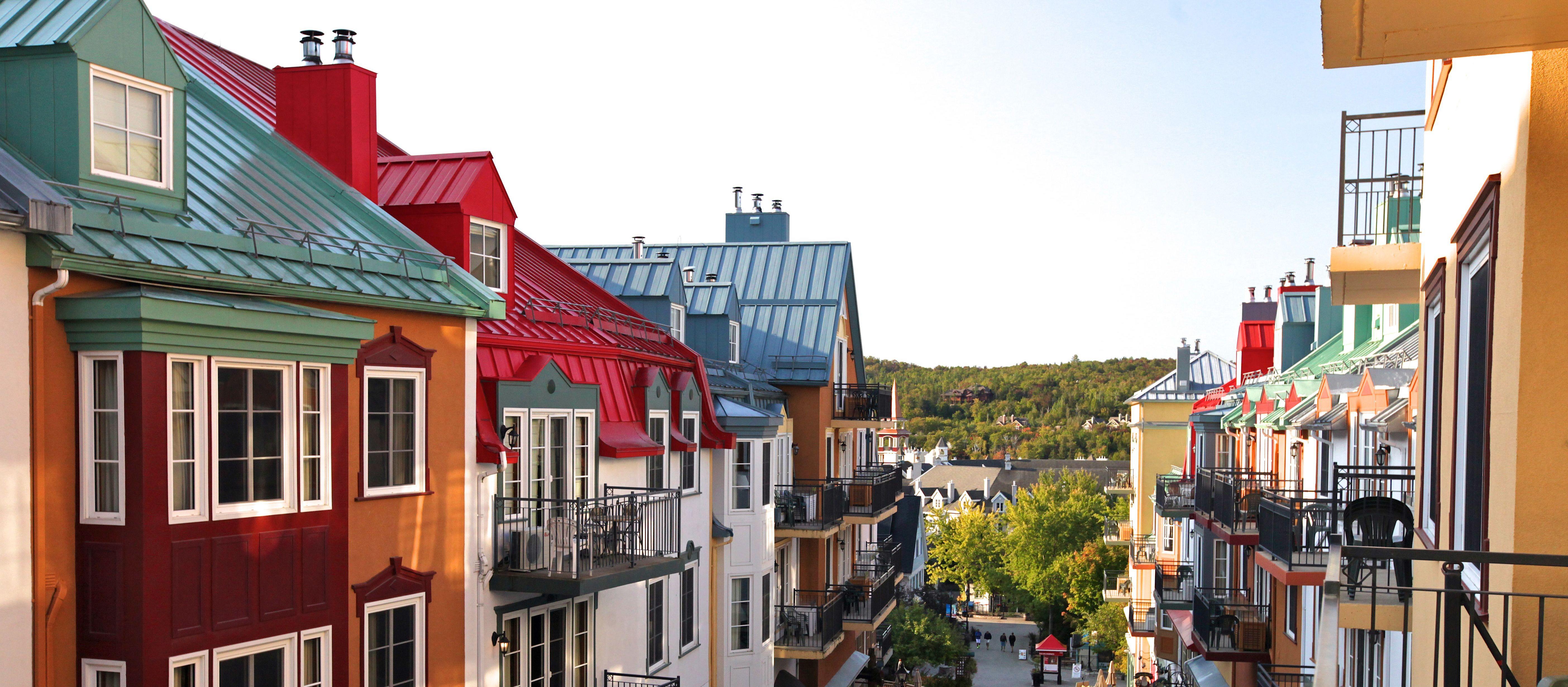 Les Suites Tremblant - Place Saint Bernard, Blick vom Balkon auf die Straße