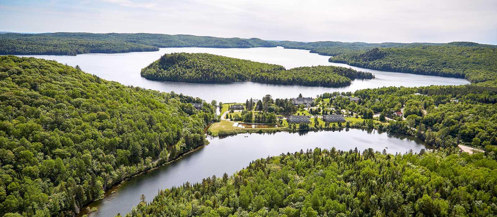 Luftaufnahme vom Hotel du Lac-à-l'Eau Claire in Quebec, Kanada