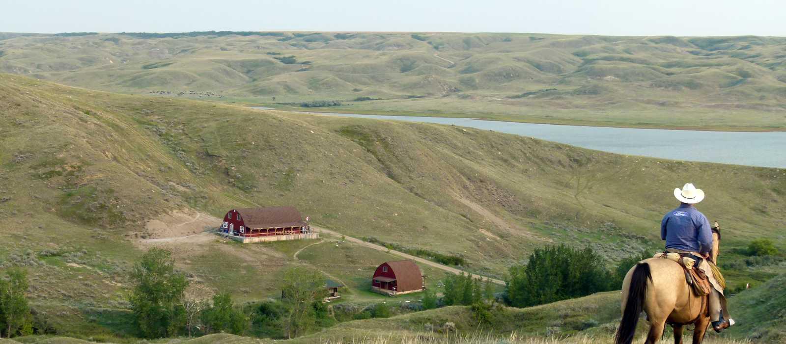La Reata Ranch, Reiter und Pferd blicken auf die Ranch