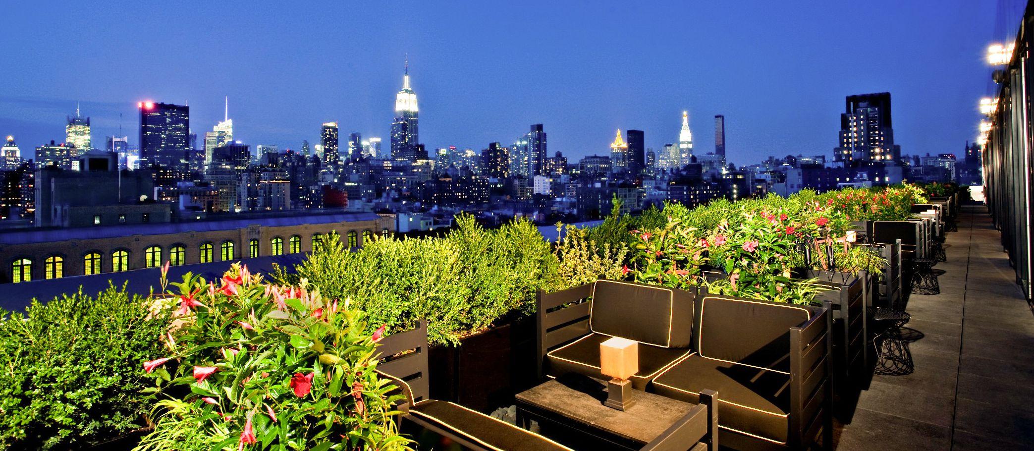 Die Terrasse des Dream Downtown in New York bei Nacht