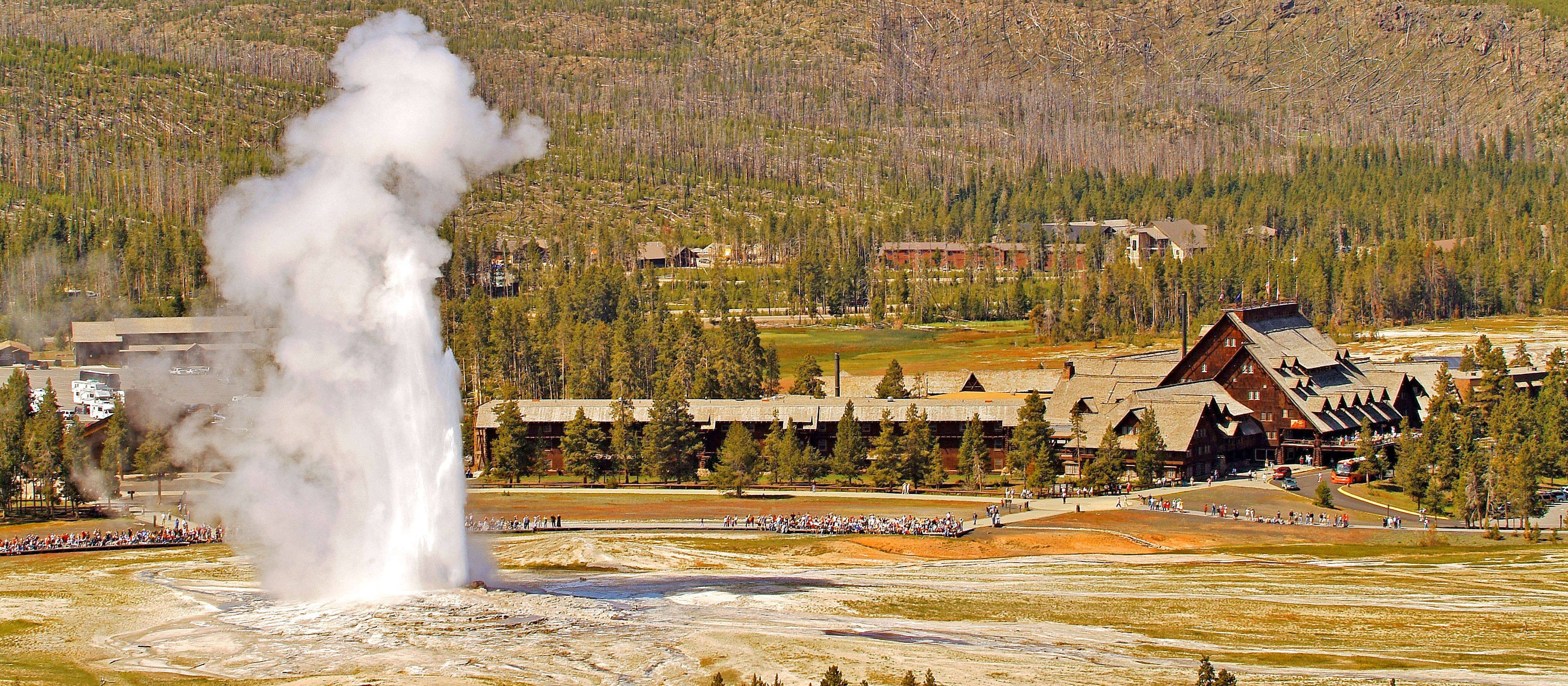Blick auf das Old Faithful Inn im Yellowstone Nationalpark, Wyoming