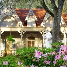 Blick von Garten auf das Haus des St. Francisville Inn in St. Francisville, Louisiana