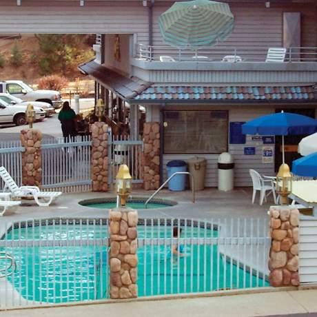 Außenansicht mit Pool