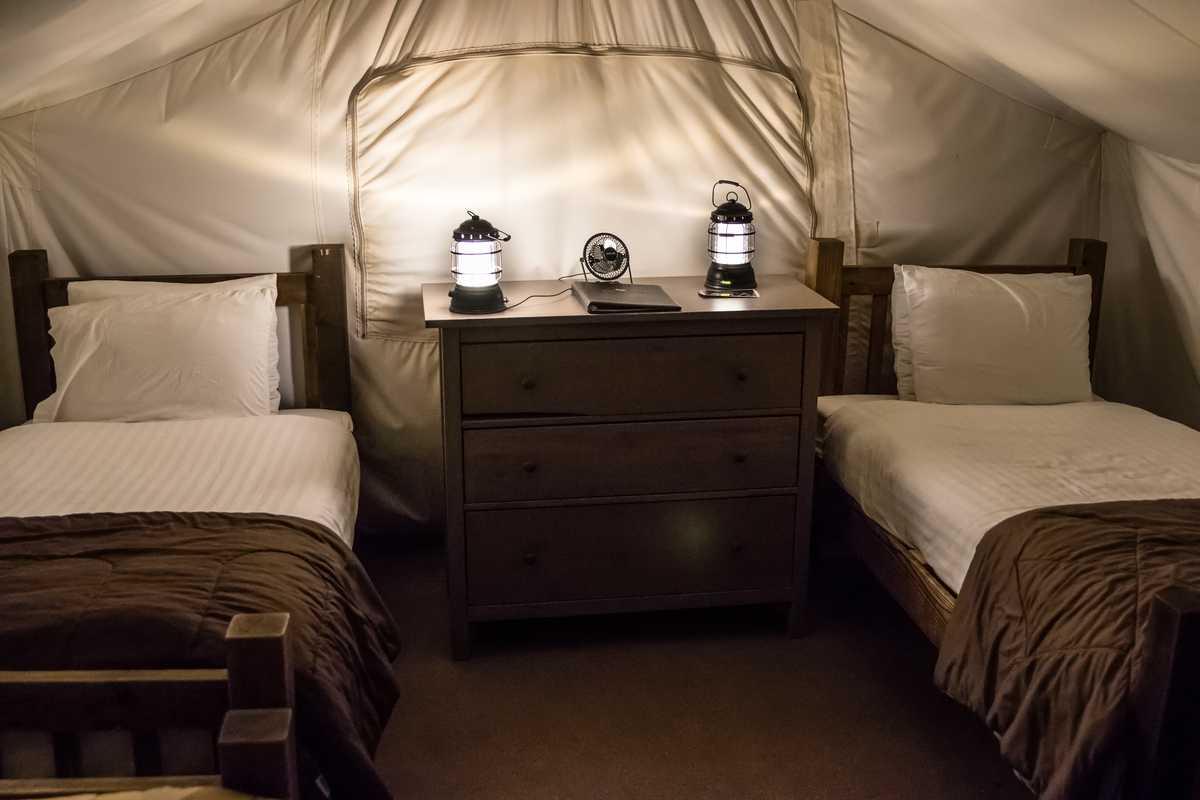 """Einblicke in ein """"Safari with 4 Twins"""" Zelt des Moab Under Canvas Glampingplatzes in Utah"""
