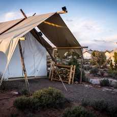 """Ein """"Safari Tent"""" des Moab Under Canvas Glampingplatzes in Utah"""