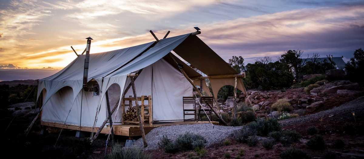 """Ein """"Suite"""" Zelt des Moab Under Canvas Glampingplatzes in Utah"""