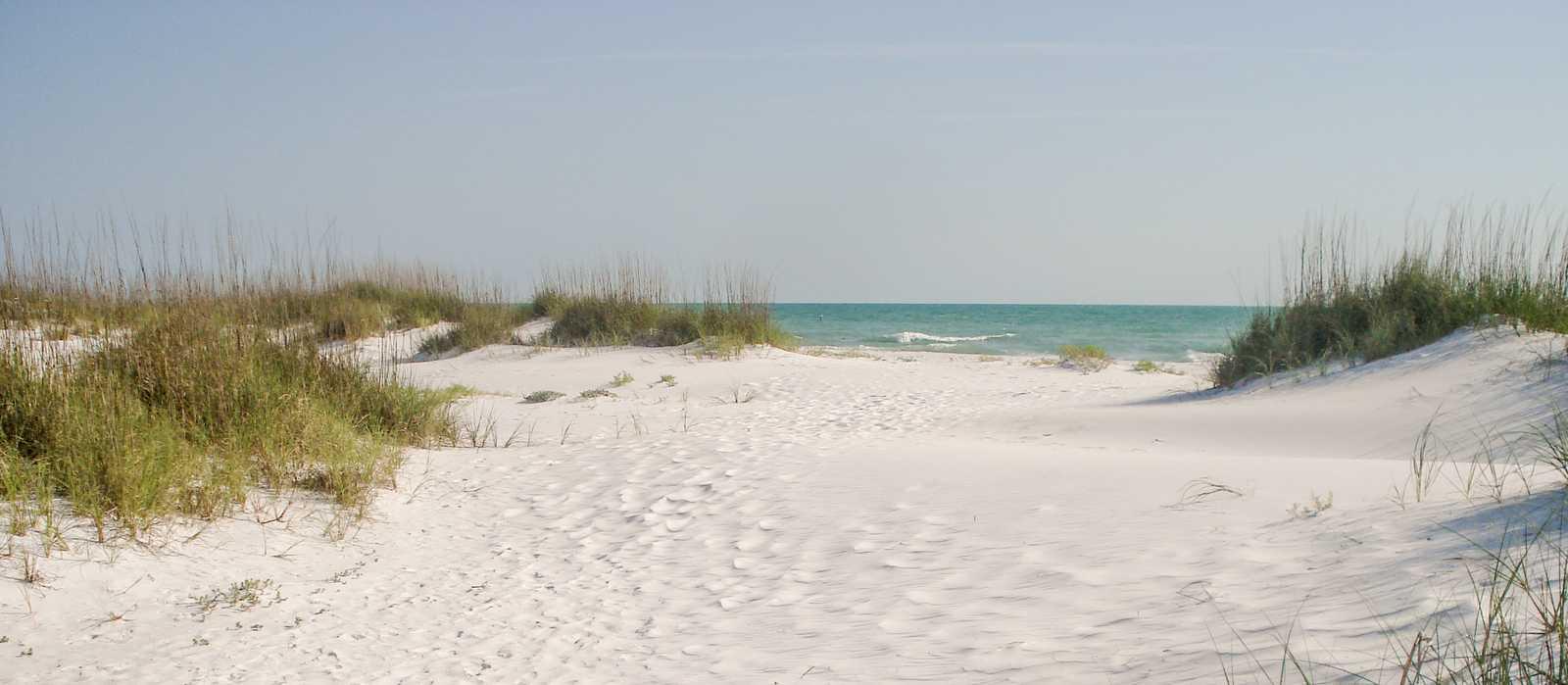 Ein Sandiger Pfad zum einem Strand auf Anna Maria Island in Florida