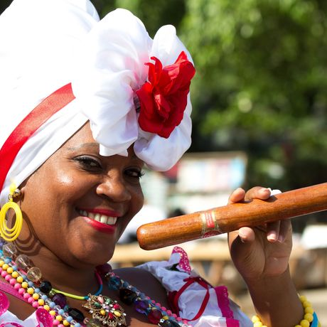 Kubanische Frau mit traditonell Kubanische Zigarre