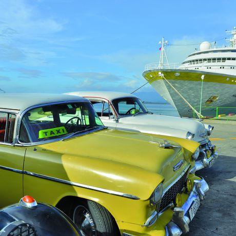 Die MS Hamburg am Anlieger in Santiago de Cuba