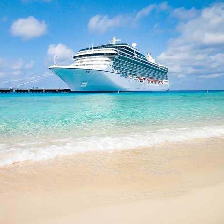 Ein Kreuzfahrtschiff legt in der Karibik an