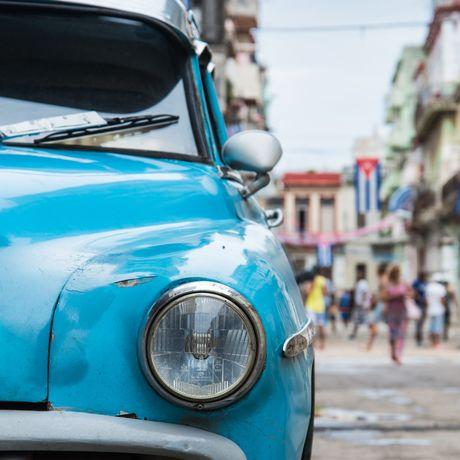 Ein altes Auto parkt in Havana, Kuba