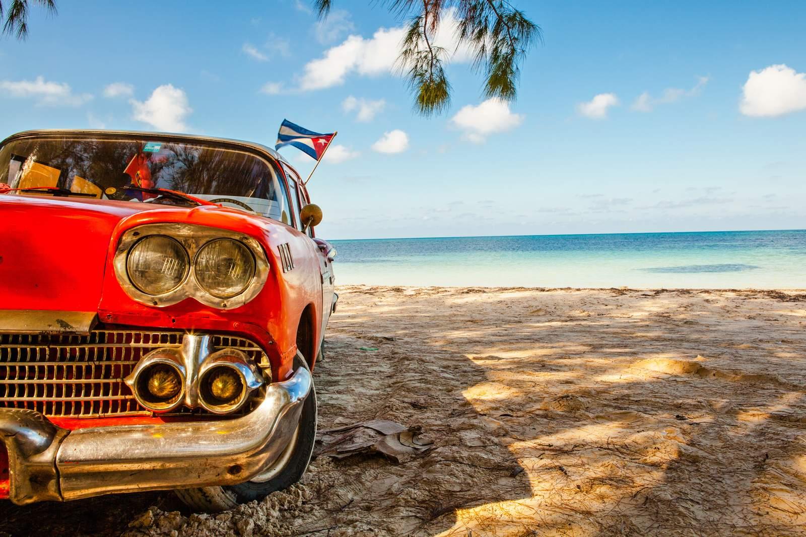 Ein amerikanischer Oldtimer am Cayo Jutias Strand auf Kuba