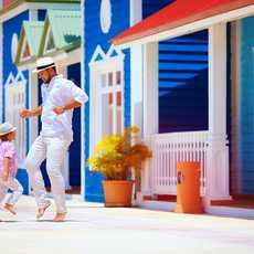 Vater und Sohn tanzen auf der Straße