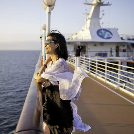 Frau auf dem Deck eines Azamara Quest Kreuzfahrtschiffes