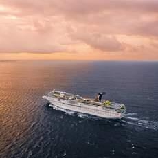 Das Carnival Inspiration Kreuzfahrtschiff vor der Insel Grand Cayman in der Karibik
