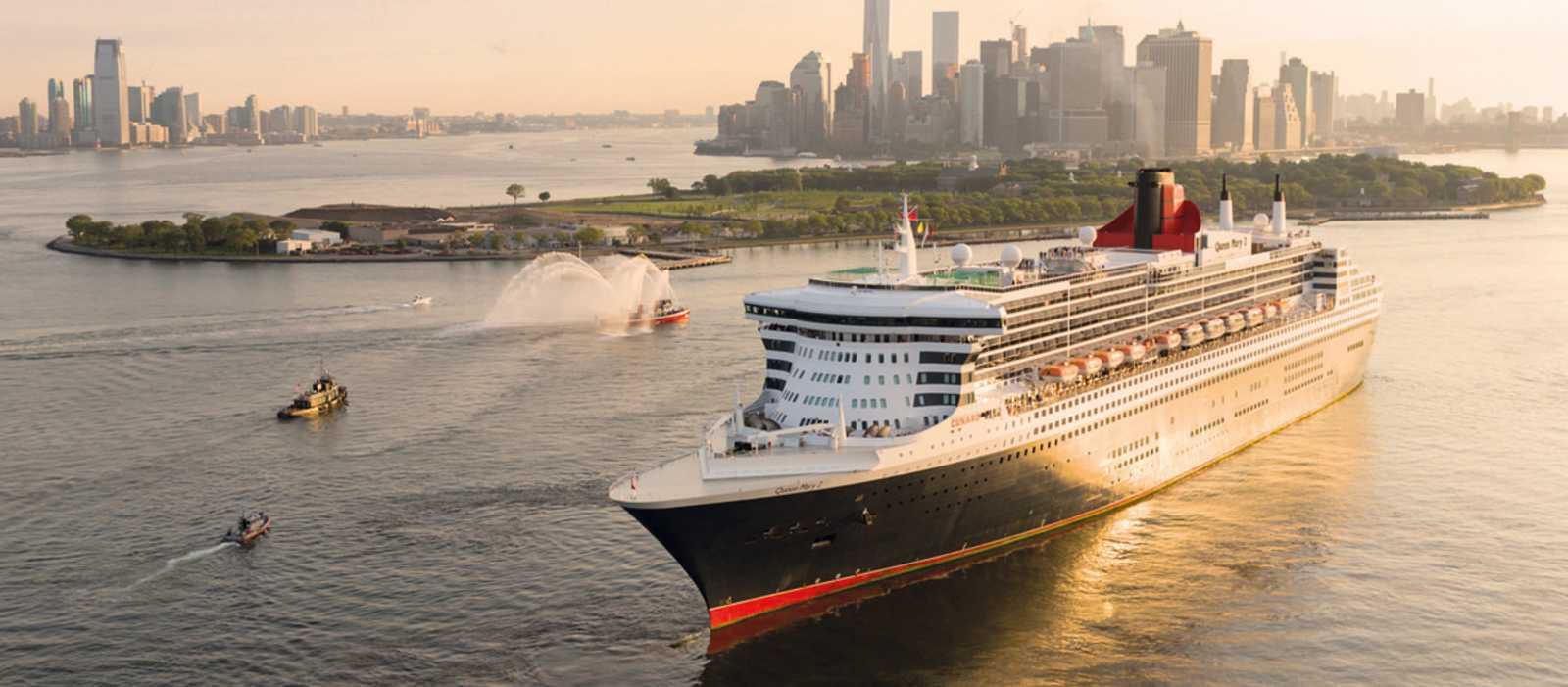 Queen Mary 2 vor der New Yorker Skyline