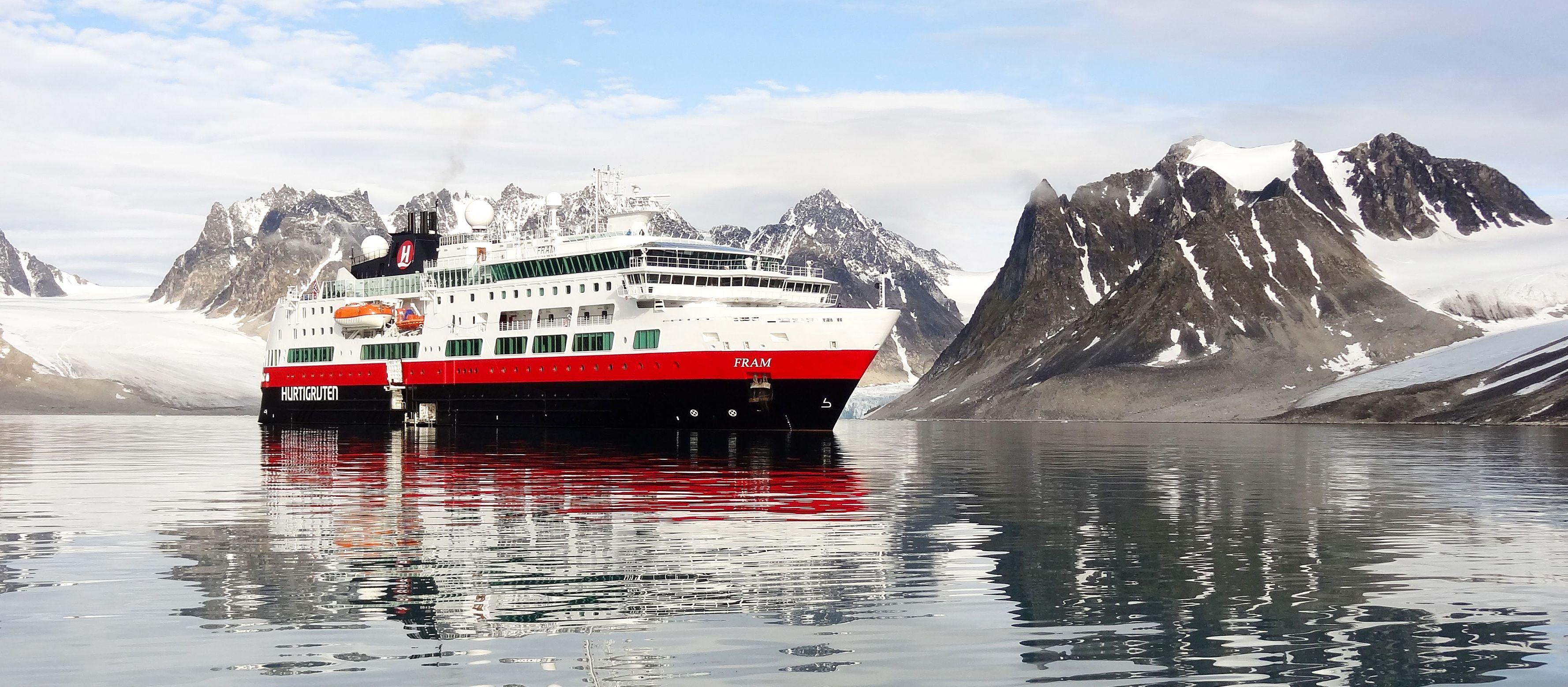 Hurtigruten Kreuzfahrtschiff MS Fram vor Gravnesset, Spitsbergen