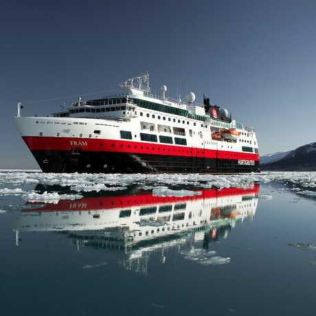 Hurtigruten Kreuzfahrtschiff MS Fram Vor Monacobreen.  Expeditionskreuzfahrten