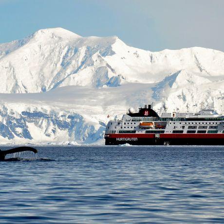 Hurtigruten Kreuzfahrtschiff MS Fram bei Neko Harbor, Antarctica