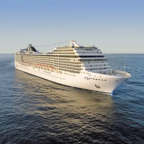 Das MSC Poesia Kreuzfahrtschiff auf dem Meer