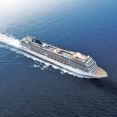 Draufsicht auf das MSC Poesia Kreuzfahrtschiffes