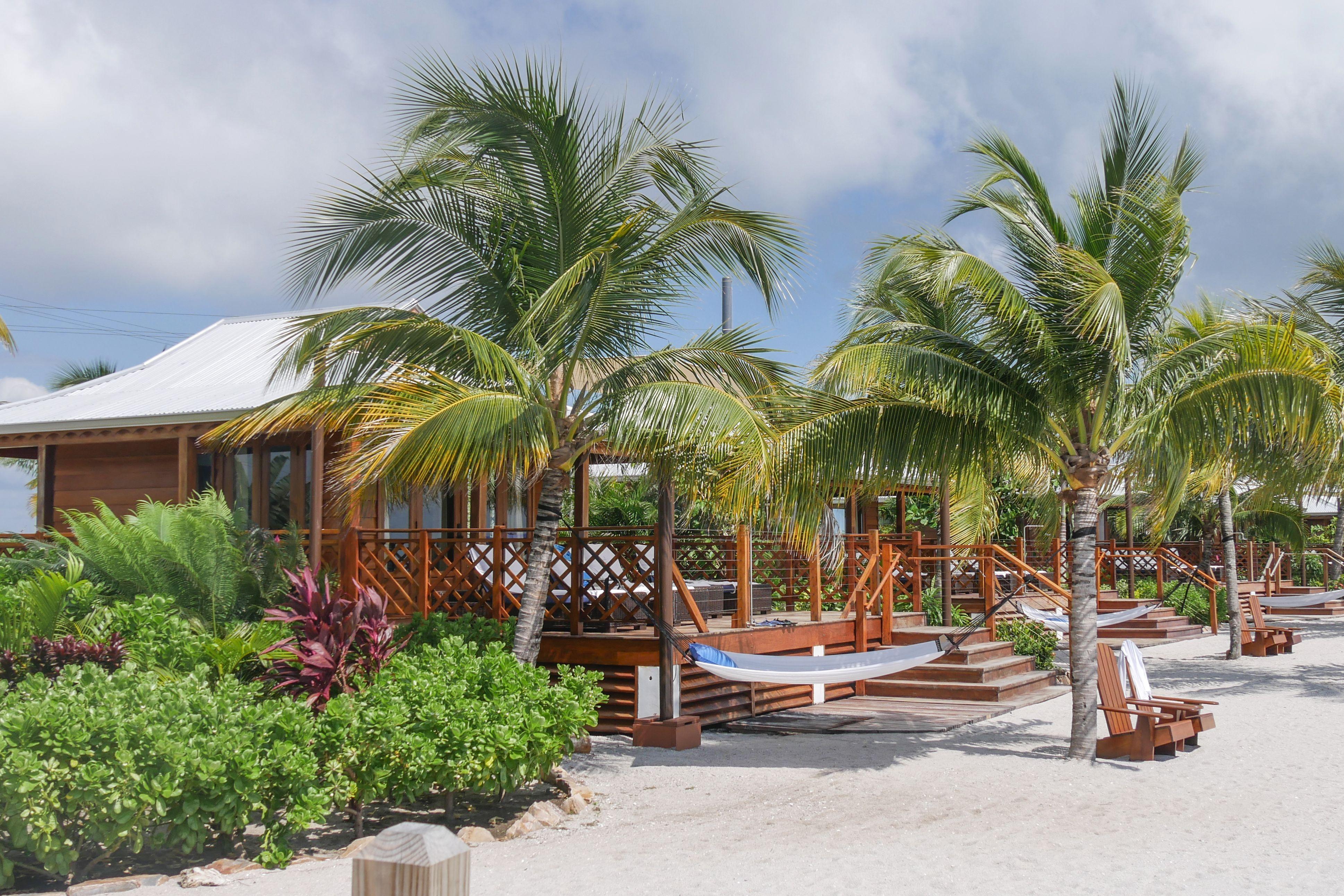 Unterkünfte am Strand von Harvest Caye einer Kreuzfahrt-Insel vor Belize in Zentralamerika