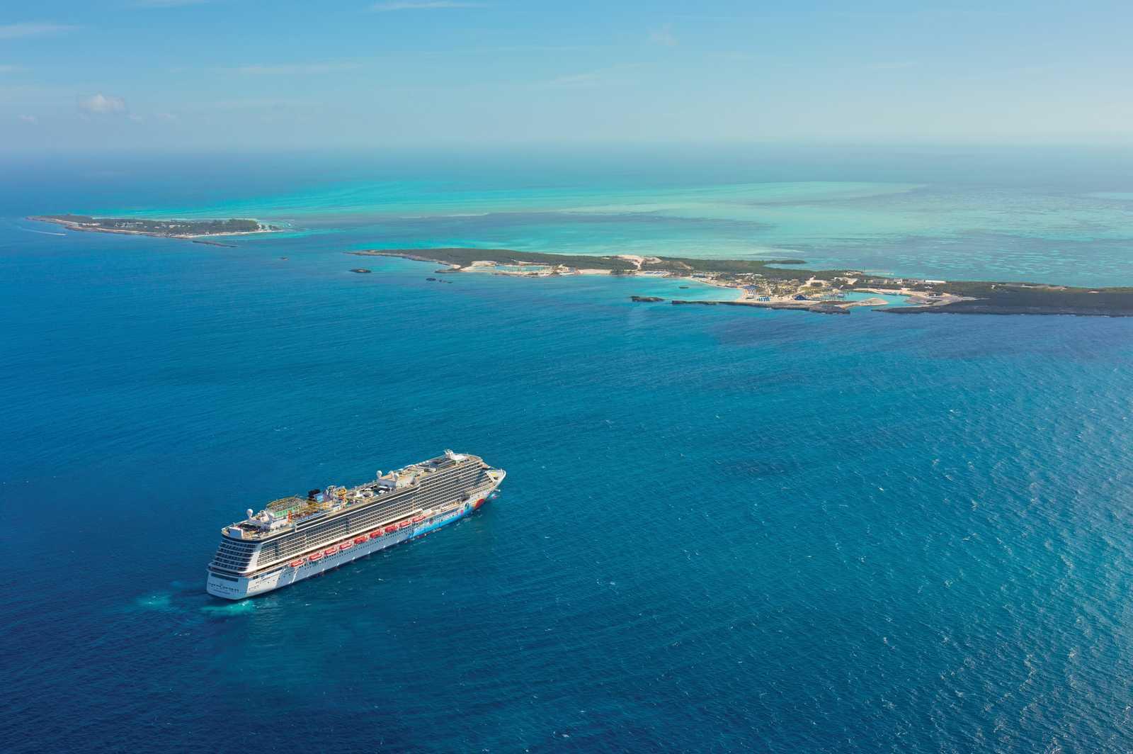 Die NCL Breakaway vor Great Stirrup Cay