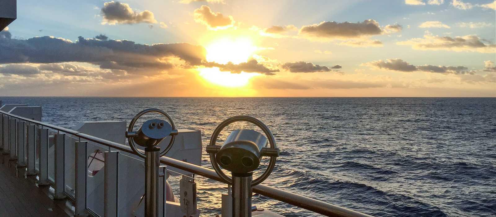 Sonnenaufgang vom Deck der Norwegian Getaway von Norwegian Cruise Line