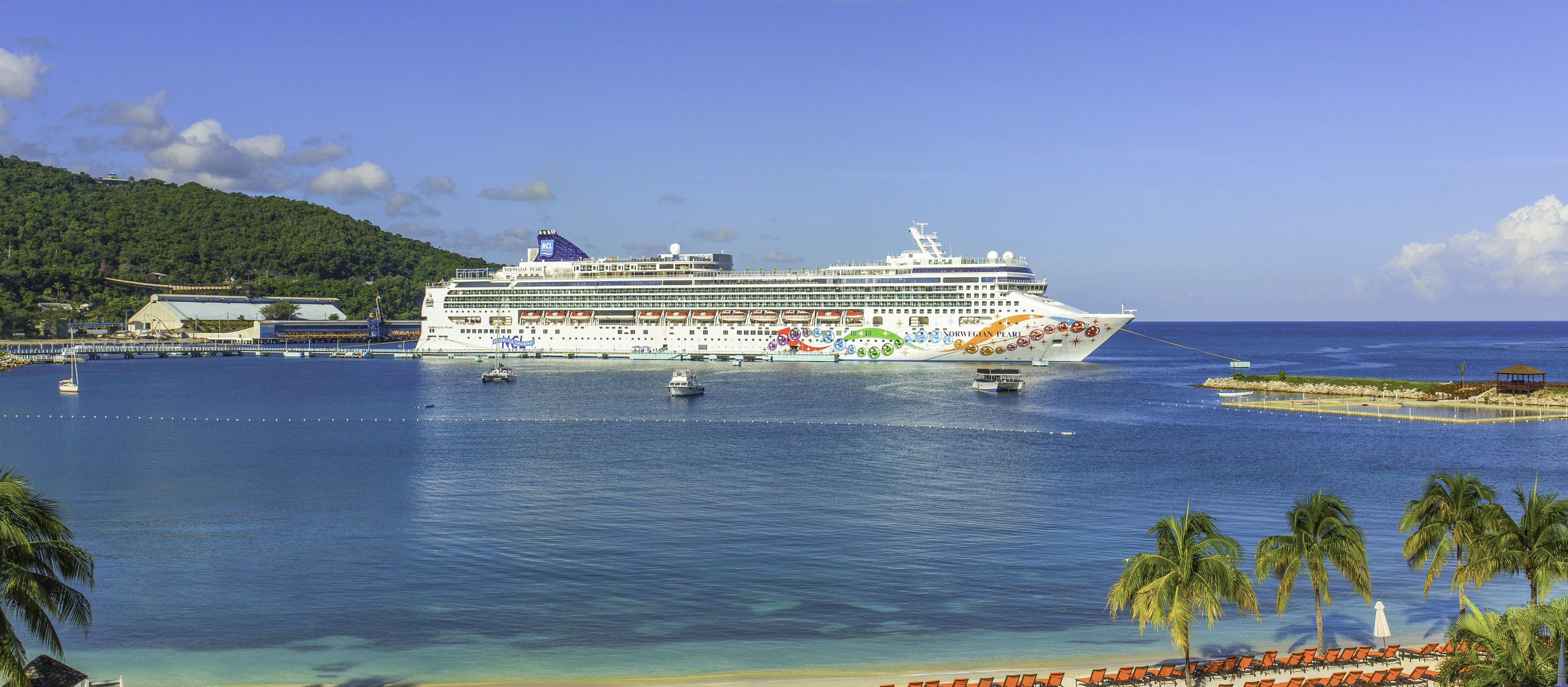 Die Norwegian Pearl von NCL am Hafen von Ocho Rios, Jamaika