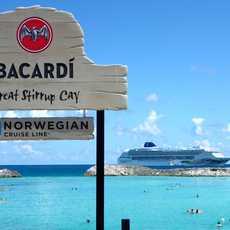 NCL Norwegian Sky Kreuzfahrtschiff an der Great Stirrup Cay, Bahamas