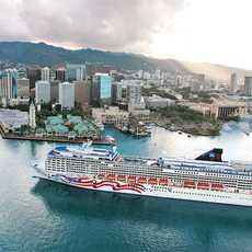 Pride of America im Hafen von Honolulu