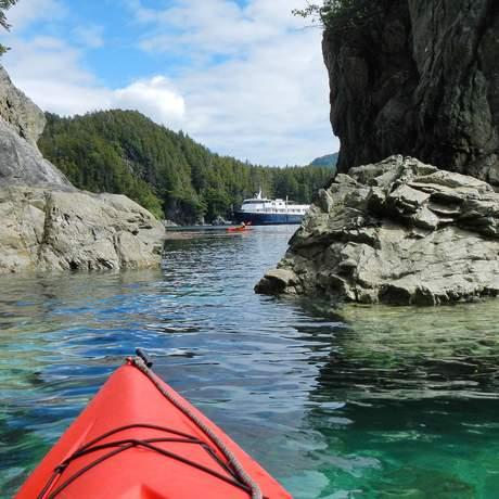 Unterwegs mit dem Kajak während einer Reise mit dem Safari Explorer Kreuzfahrtschiff der UnCruise Adventures, Alaska