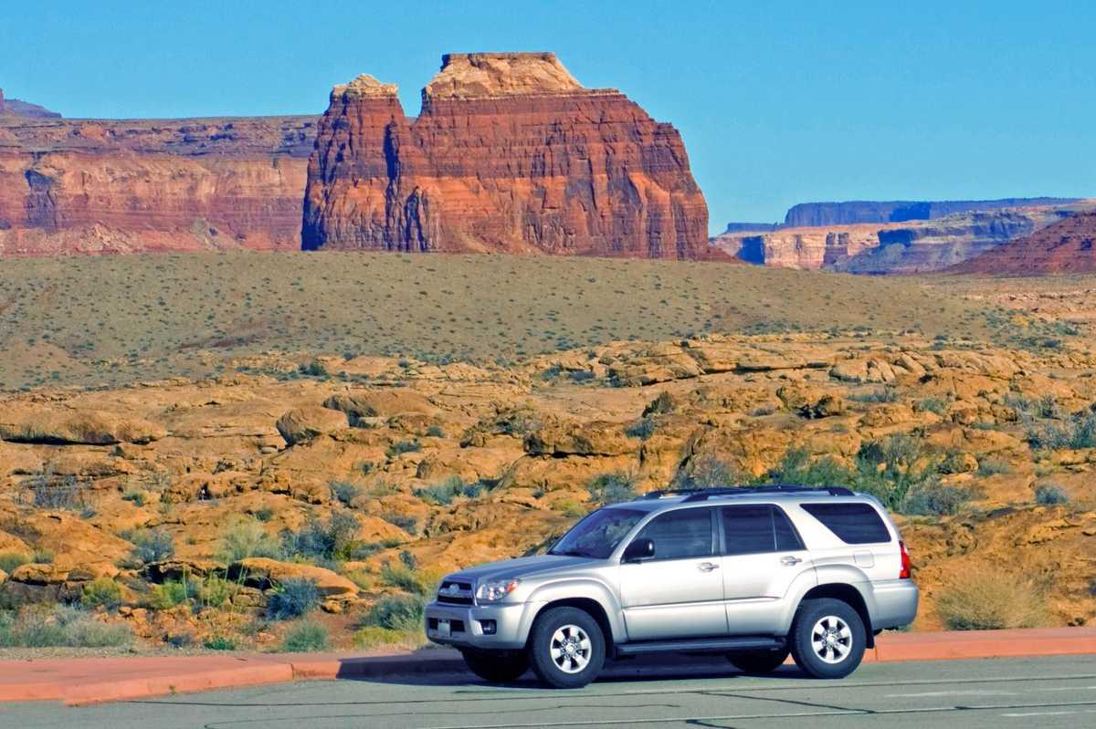 Standard-SUV im Monument Valley