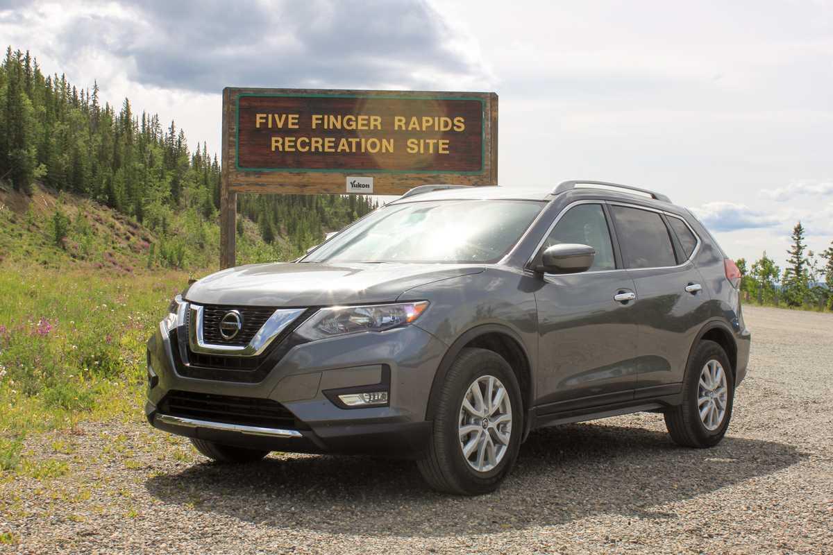 Ein Midsize SUV von Driving Force im Yukon in Kanada