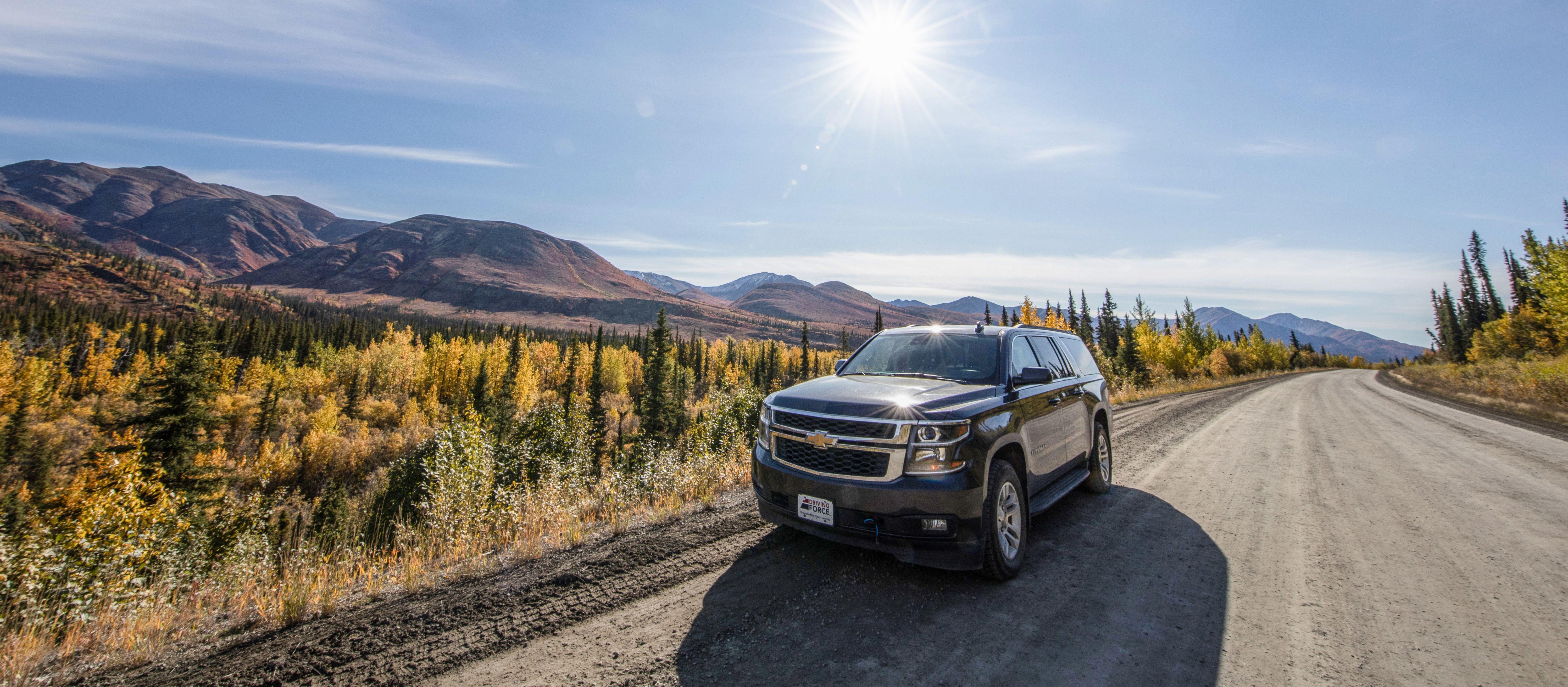 Ein SUV von Driving Force Rentals unterwegs auf dem Dempster Highway im Yukon