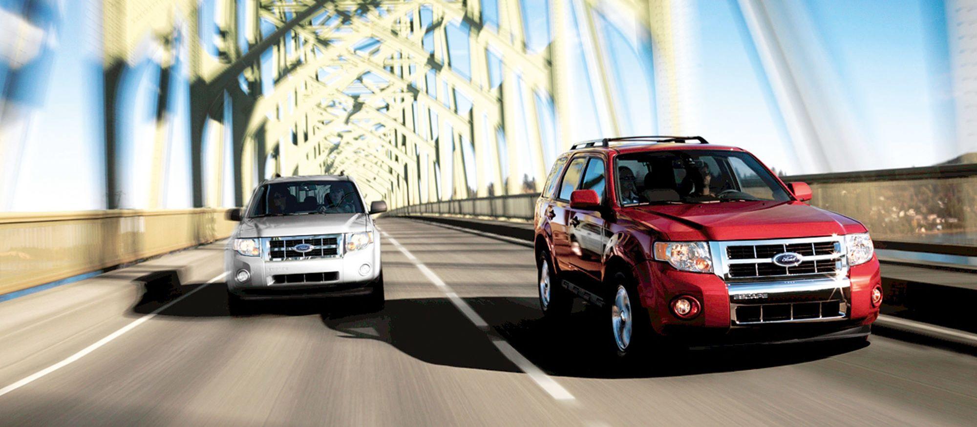 Zwei große Autos fahren über eine Brücke