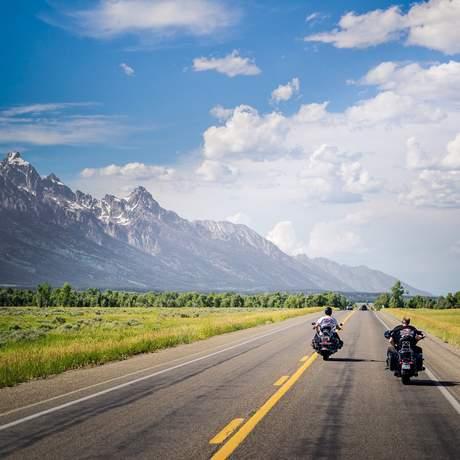 Zwei Motorradfahrer auf der Strasse, Grand Teton National Park, Wyoming