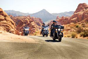 Mit dem Motorrad durch das Monument