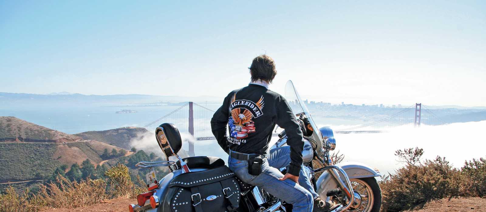 Biker schaut auf die Bucht von San Francisco
