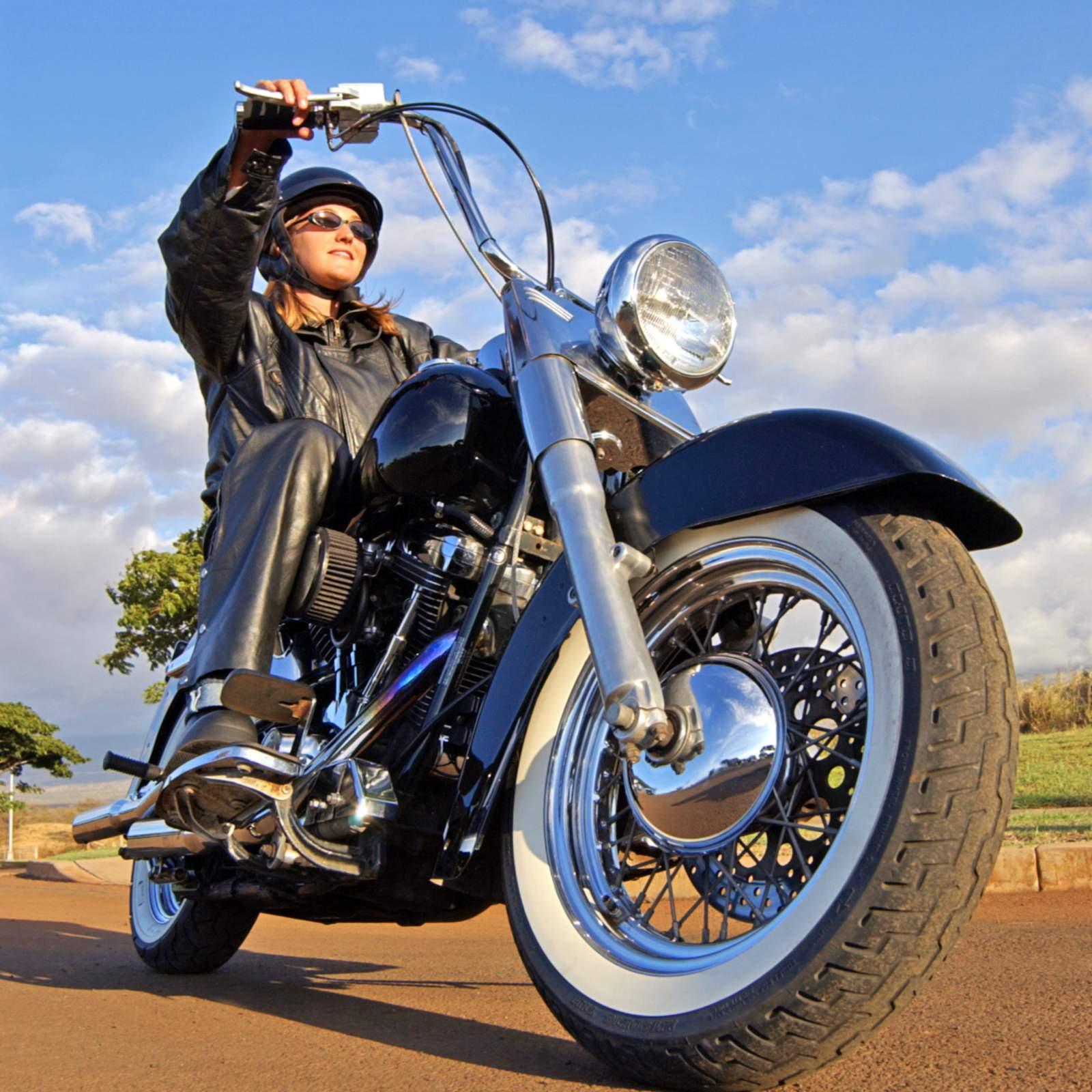 Bikerin fährt los