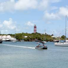 Blick vom Meer auf Hope Town, Bahamas