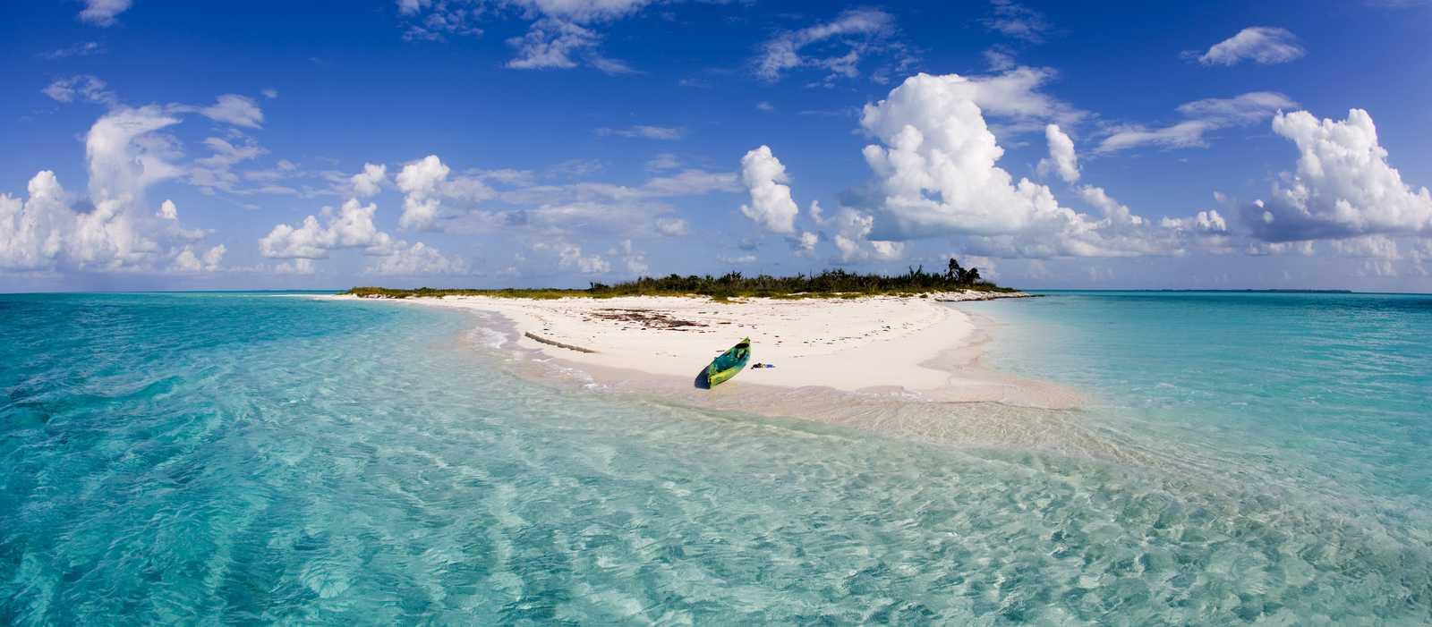 Ein Kayak auf einer kleinen Insel von den Bahamas