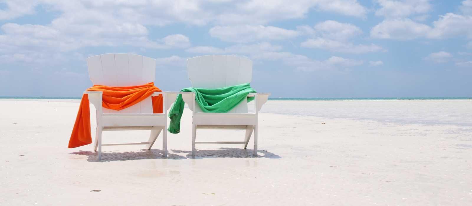 Stühle am Strand der Grand Bahama Insel
