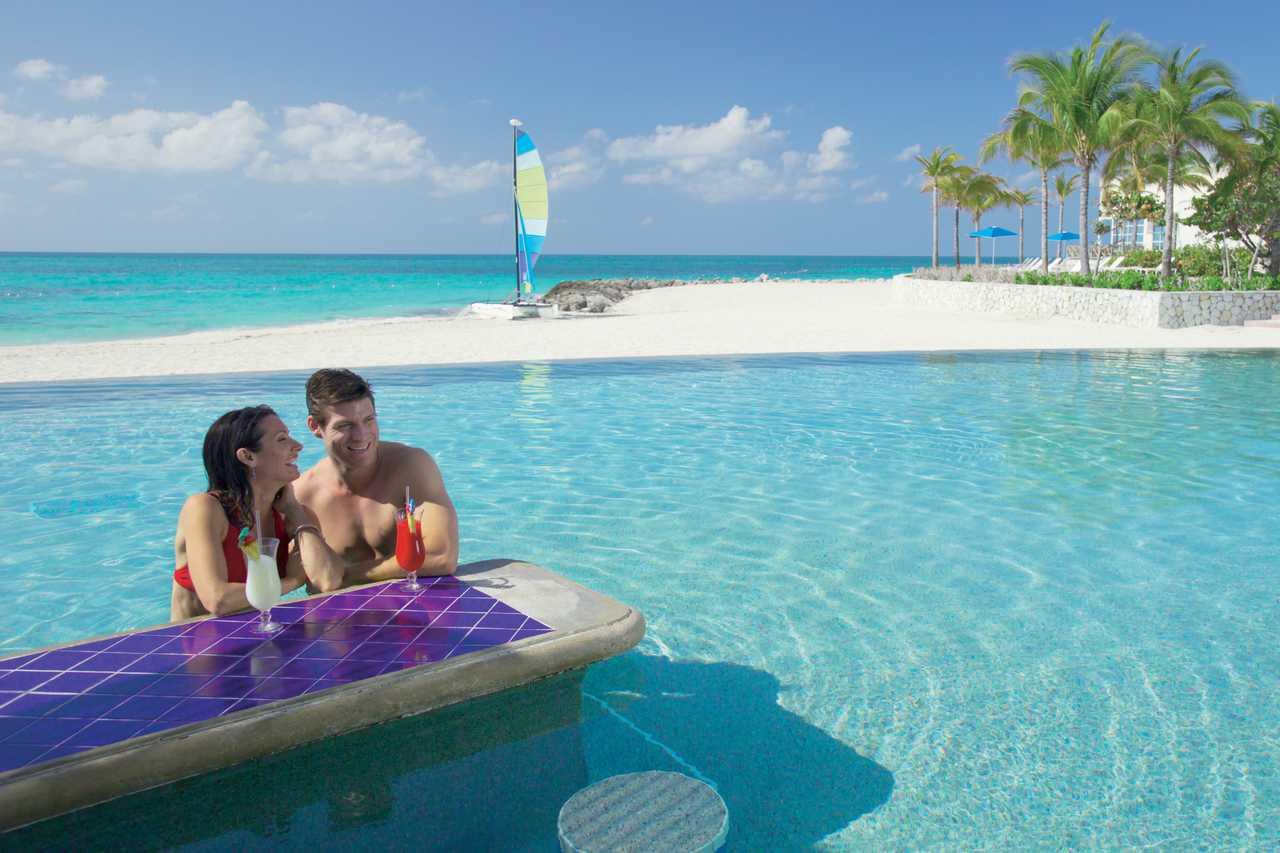 Ein Paar an einer Pool-Bar an einem Strand auf Nassau