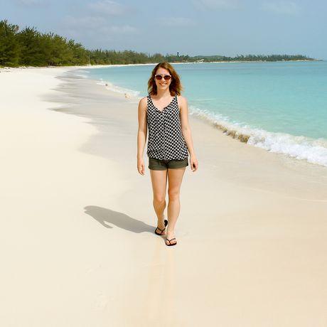Mitarbeiterin Laura am Strand auf den Bahamas