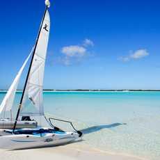 Segelkatamaran vor dem Guanahani Beach Club auf den Bahamas