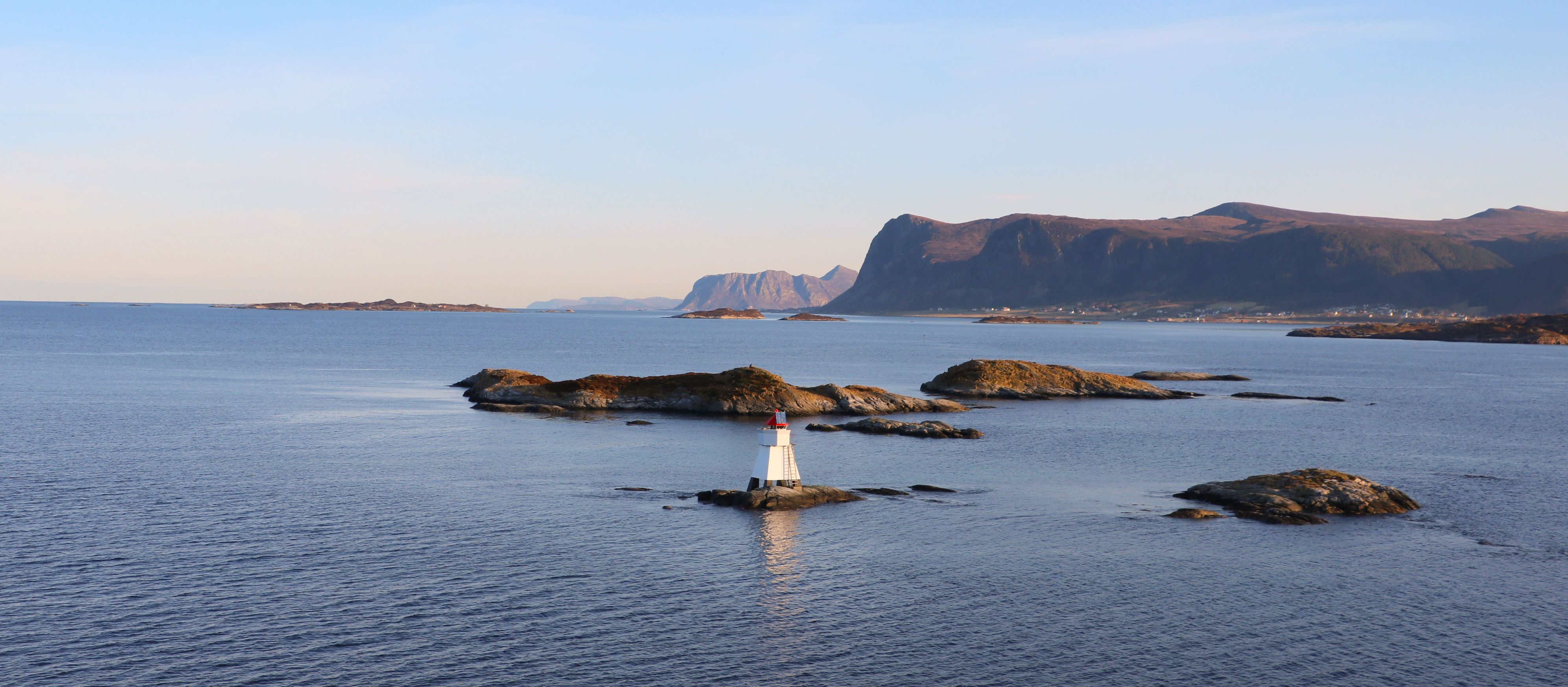 Einsamer Leuchtturm vor der Küste Norwegens.