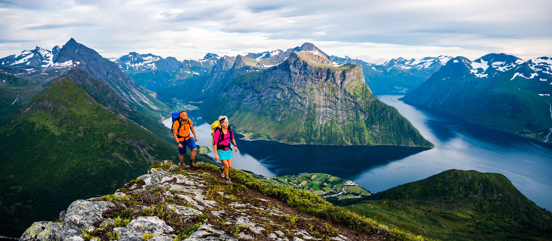 Wandern am Hjørundfjord mit grandioser Aussicht in Norwegen