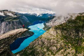 Aussicht auf den See vom Felsvorsprung Trolltunga in Norwegen